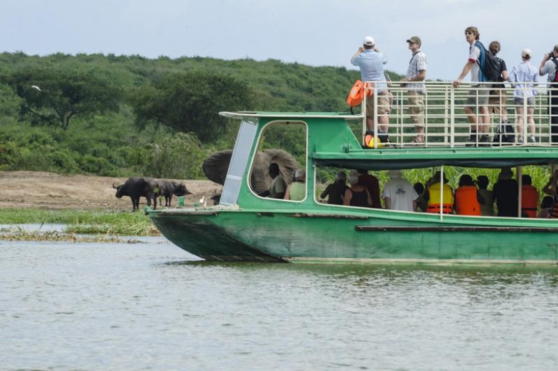 Plavba lodí po kanálu Kazinga